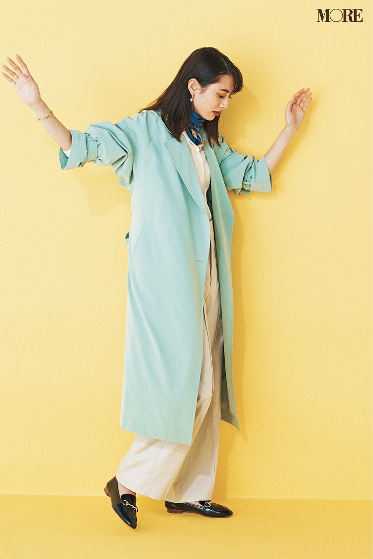 撥水効果のあるコートを着た土屋巴瑞季