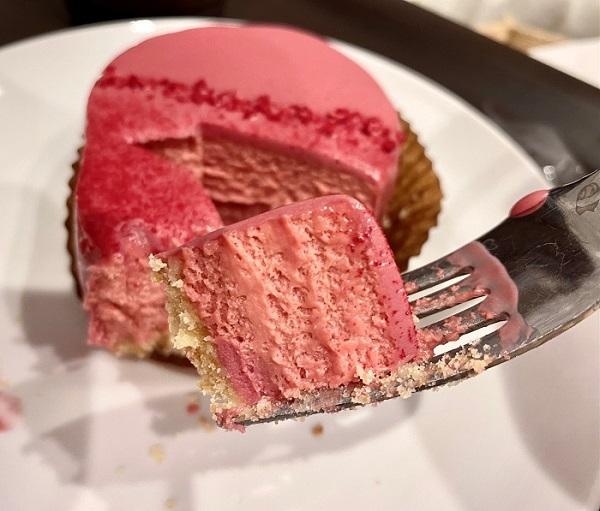 【スタバ 新作レポ】バレンタイン2021限定スイーツ「ルビーチョコレートケーキ」をスプーンですくった写真