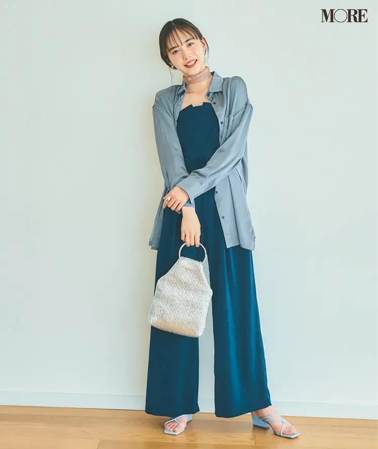 【サロペットコーデ】ブルーのサロペット×シャツのコーデ