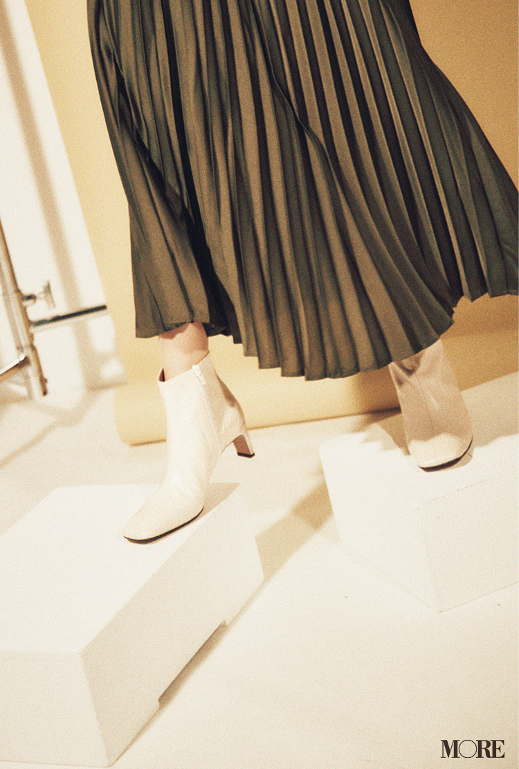 今季は白い靴やブーツがトレンド