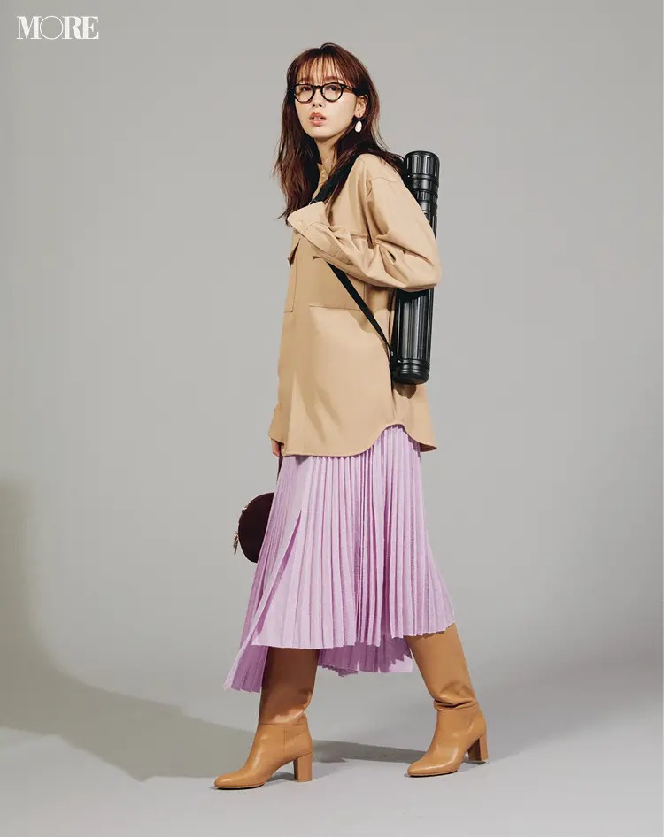 スカートとロングブーツのコーデ【9】ラベンダーのスカートとベージュのロングブーツ
