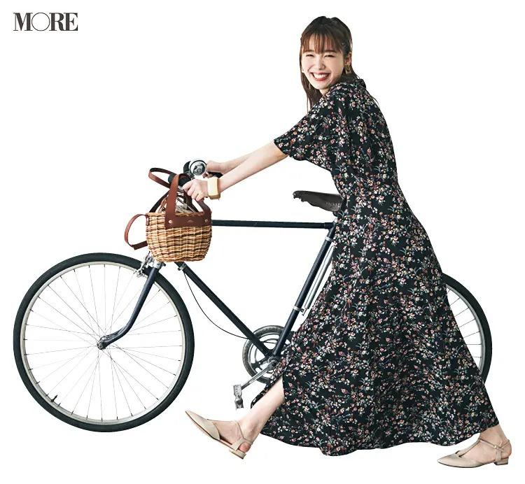【夏のぺたんこ靴コーデ】5. シックな花柄にバスケット&フラット靴で小粋なパリジェンヌっぽく♪