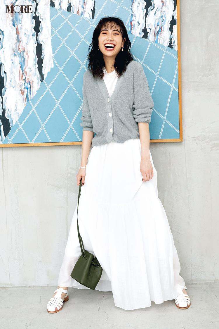 白スカート×グレーのサマーカーディガンコーデの土屋巴瑞季