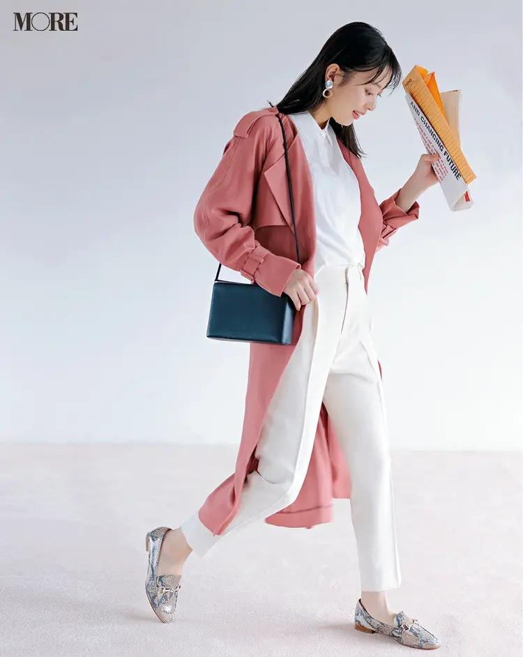【春夏のローファーコーデ】白ワントーン×きれい色コートにはアニマル柄のローファーを