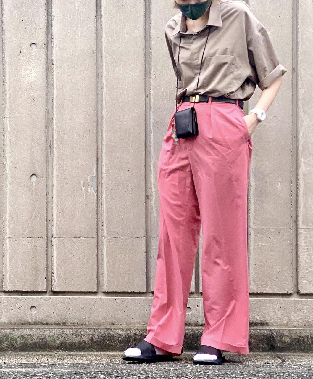 GUのメンズシャツをピンクのパンツとコーデ