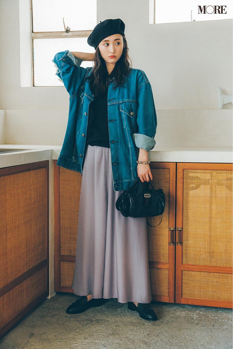 ラベンダーカラーのドレープスカートをはいた鈴木友菜
