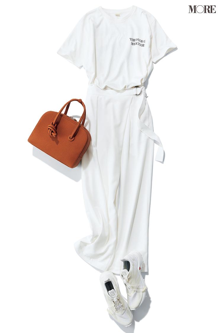 ロゴTシャツ×白パンツ×スニーカーのコーデ