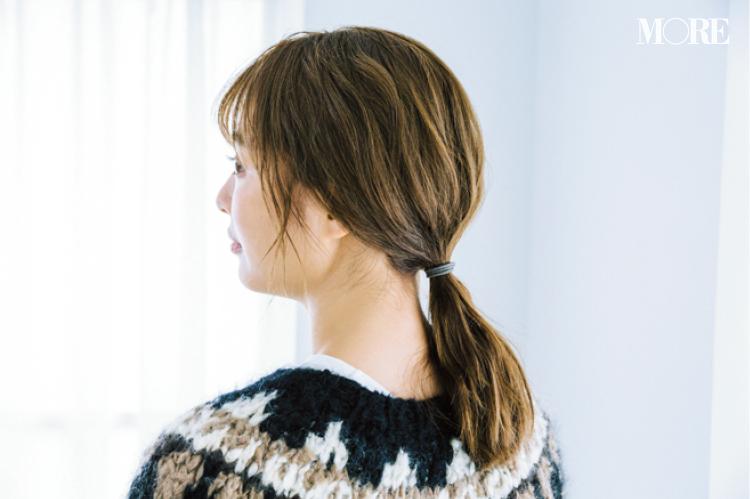大人っぽくニットを着たいなら、タイトな三つ編みヘアアレンジで! ワックスやスプレーなど、おすすめのヘアスタイリング剤も_2