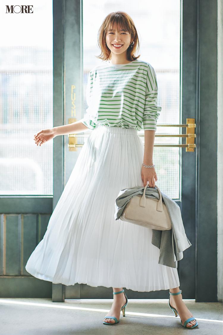 【今日のコーデ】ボーダートップスに白いスカートときれい色サンダルの飯豊まりえ