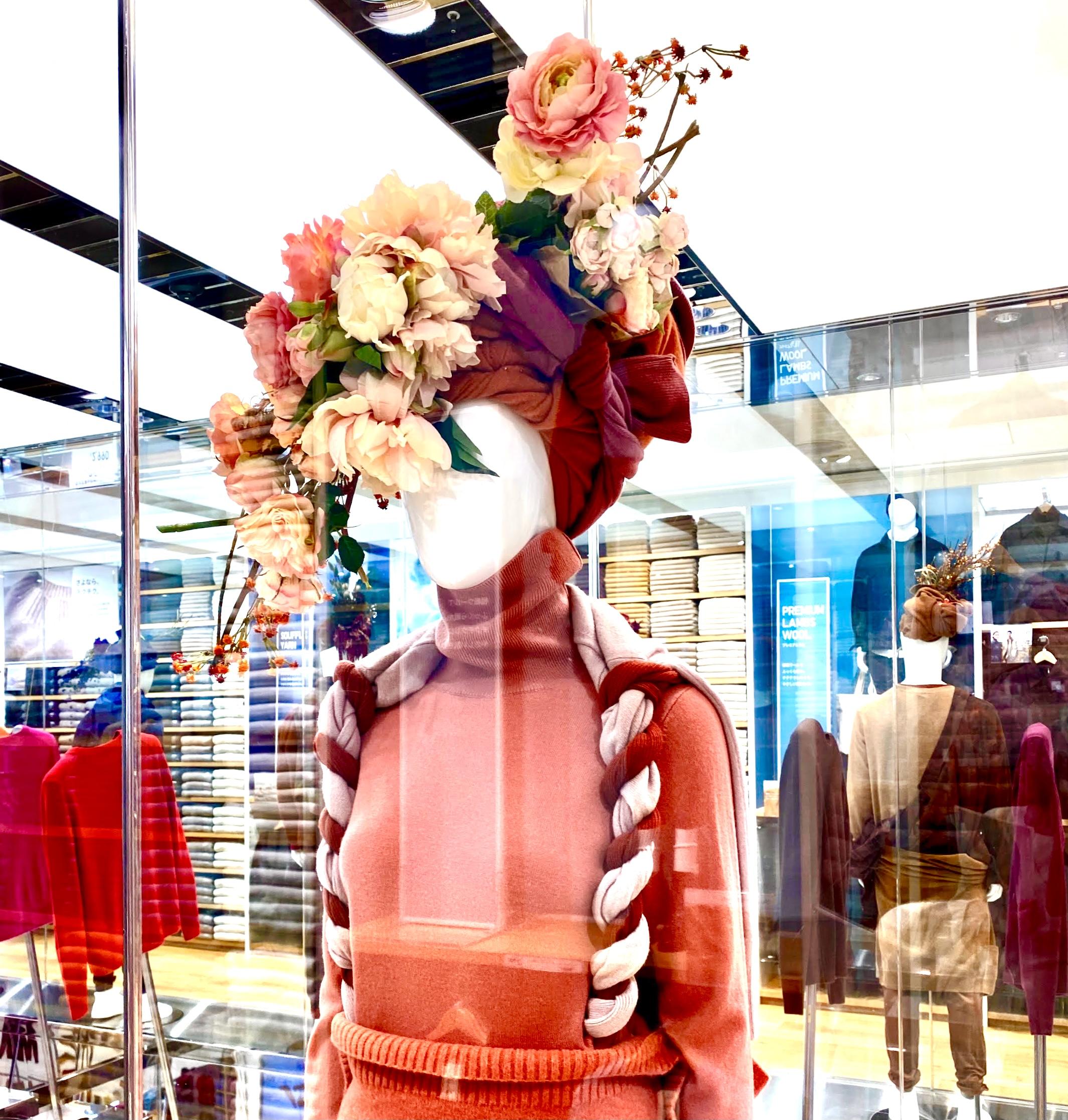 ユニクロ銀座店のニットと花を使ったインスタレーション