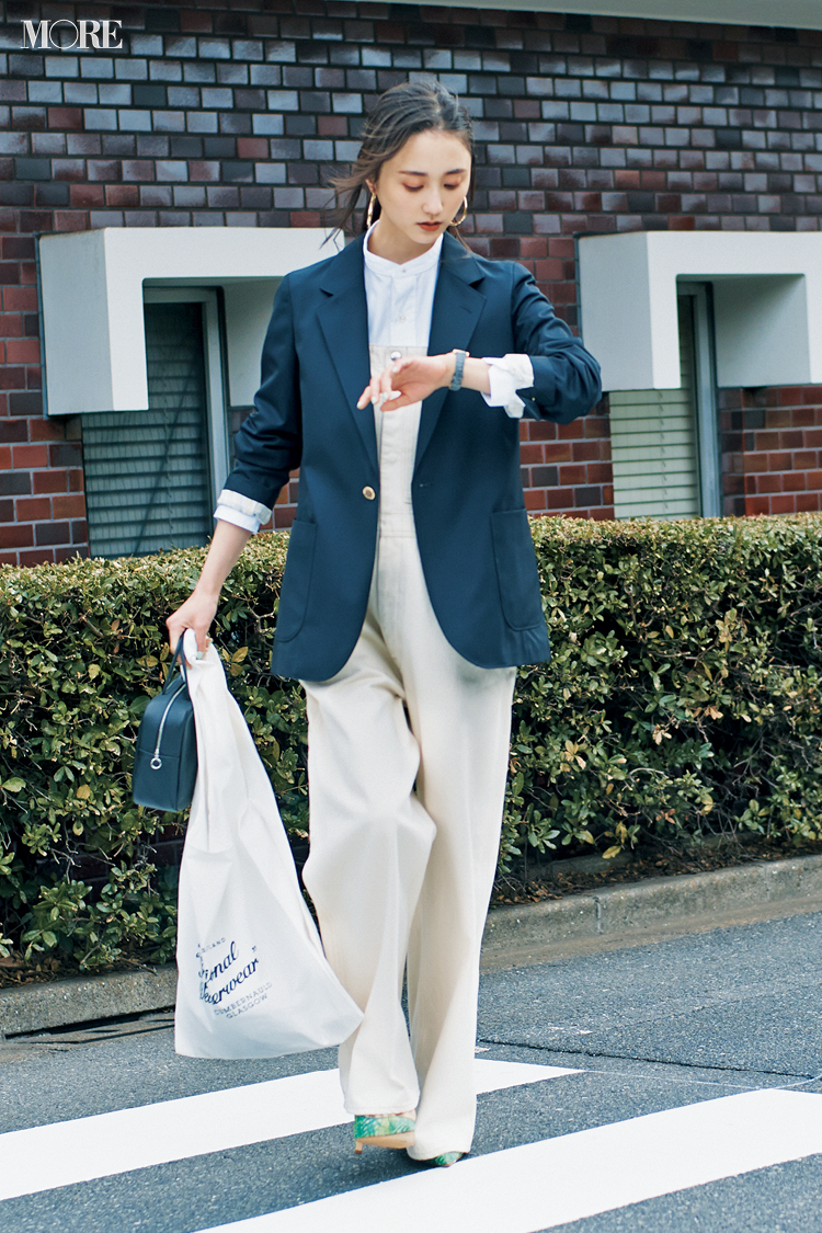 【今日のコーデ】白いサロペットに紺ブレをはおった鈴木友菜