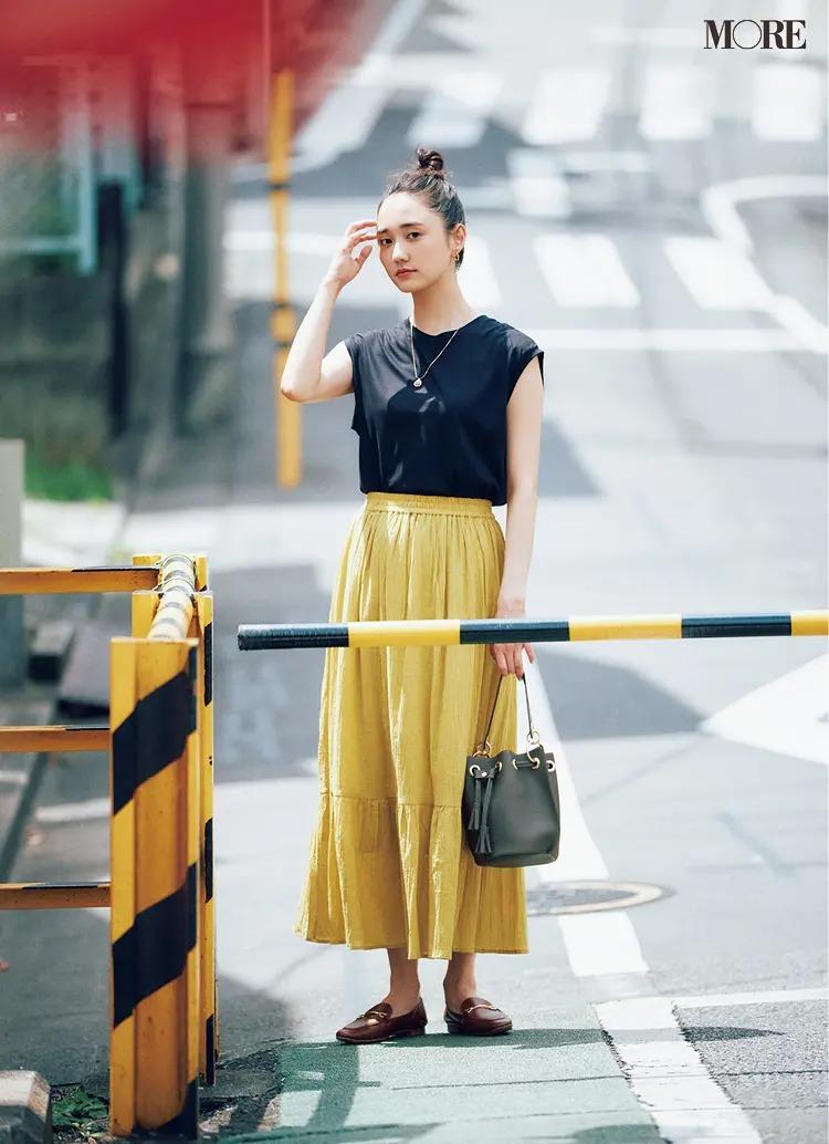 【2021夏オフィスカジュアル】イエローのティアードスカート×黒トップスのコーデ