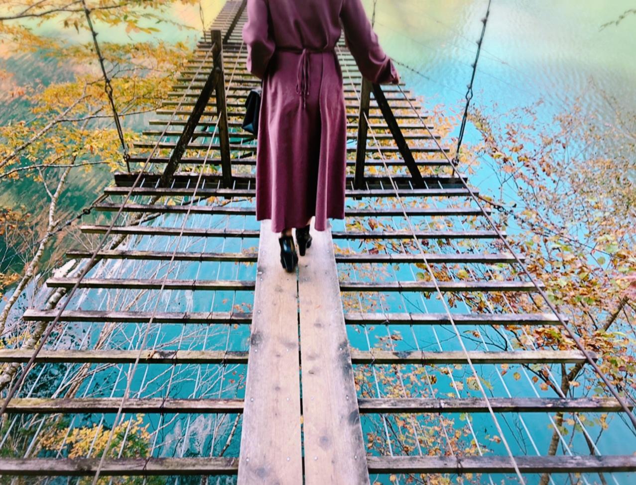 【#静岡】《夢の吊り橋×秋・紅葉》美しすぎるミルキーブルーの湖と紅葉のコントラストにうっとり♡湖上の吊り橋で空中散歩気分˚✧₊_6