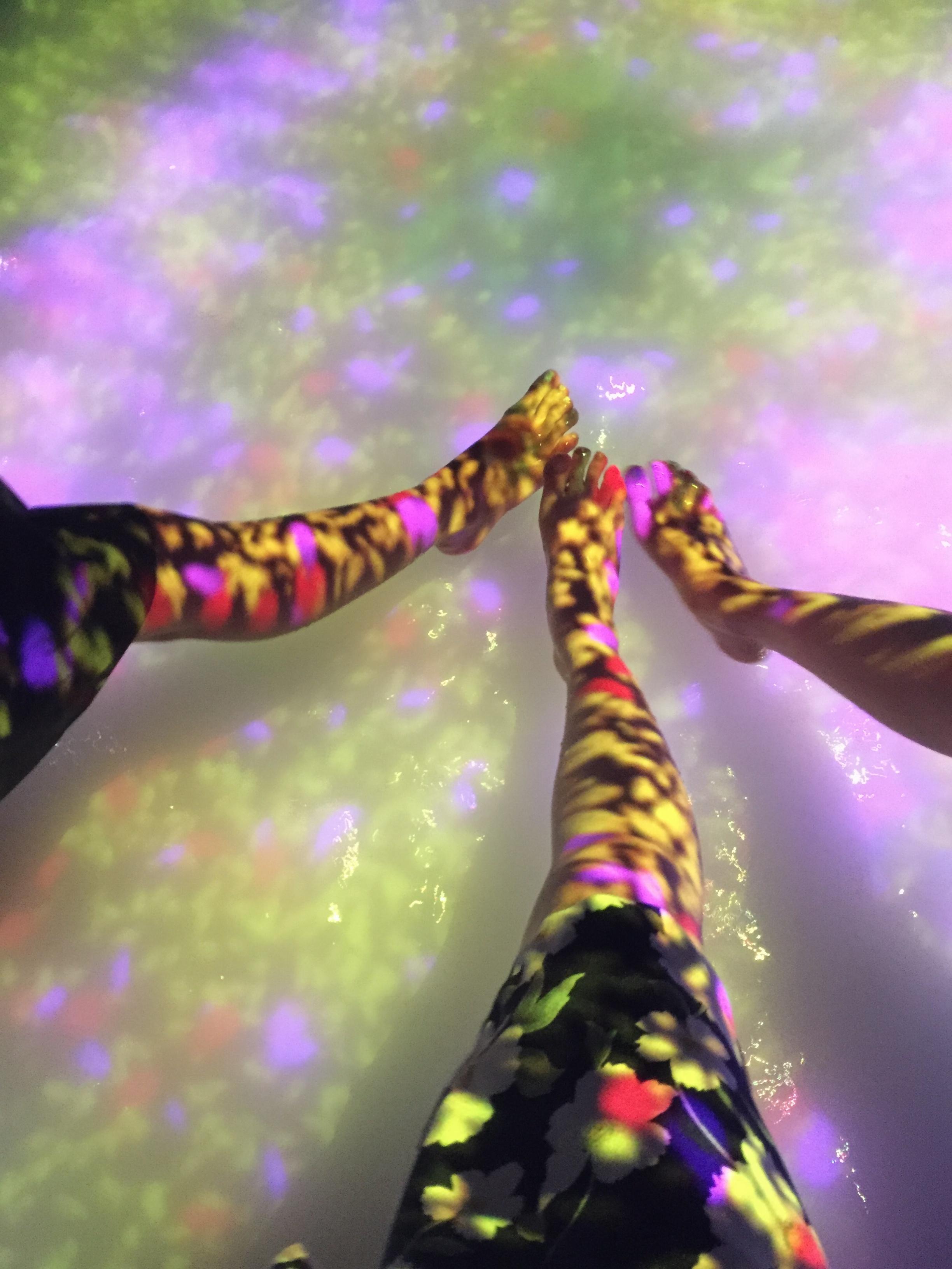 【夏のお出掛けスポット/DMM.プラネッツ Art by teamLab】水に浸かったり仰向けになったりして鑑賞する『デジタルアート』が幻想的✨8/31まで!お台場に急げ♩≪samenyan≫_15