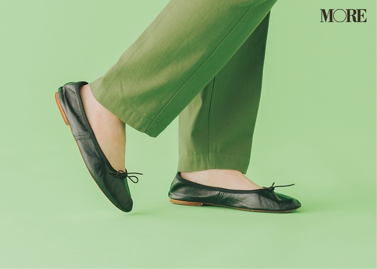 バレエシューズを履いた足もと