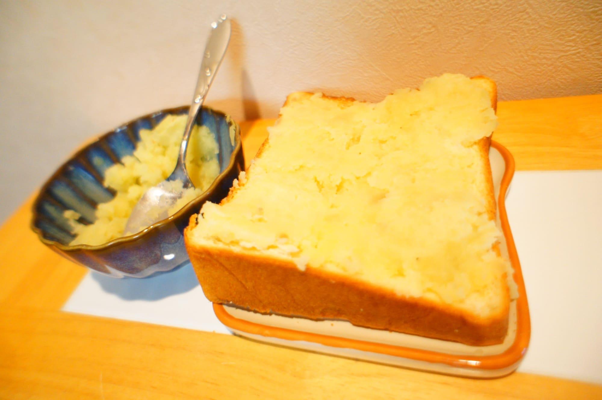 トーストに均一に敷き詰めたマッシュポテト