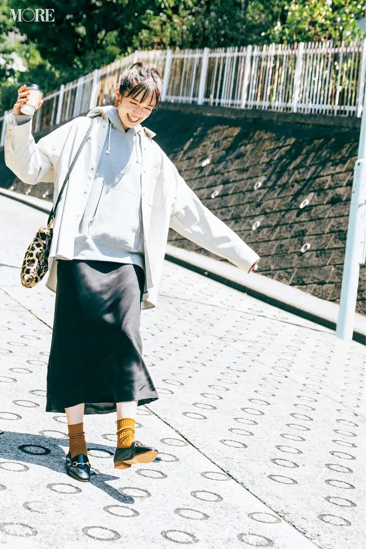 【パーカーコーデ】パーカーのレイヤード+スカートで大人のギャップを