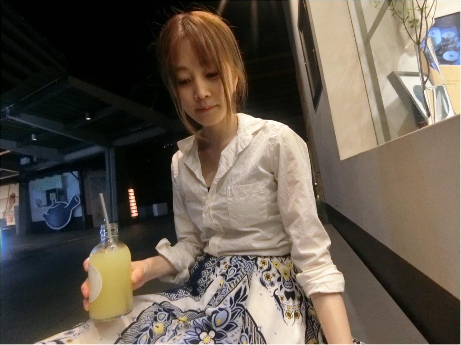 白ワイシャツ×ロングスカートで夏の爽やかコーディネート_4
