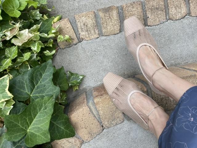 メッシュの靴を履いた足元