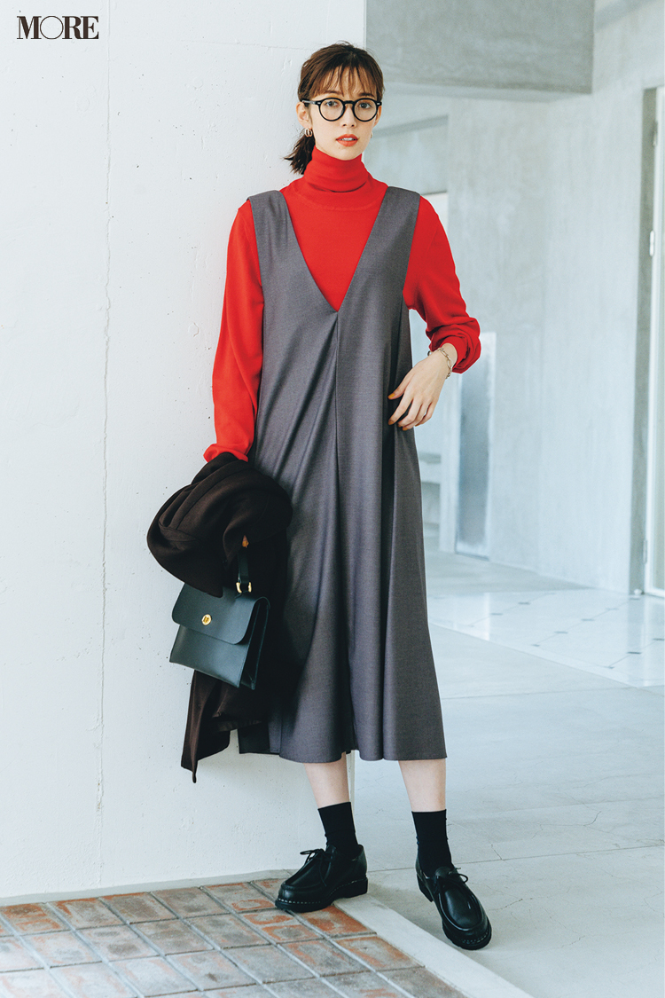 赤ニット×グレージャンパースカートコーデでメガネをかけた佐藤栞里