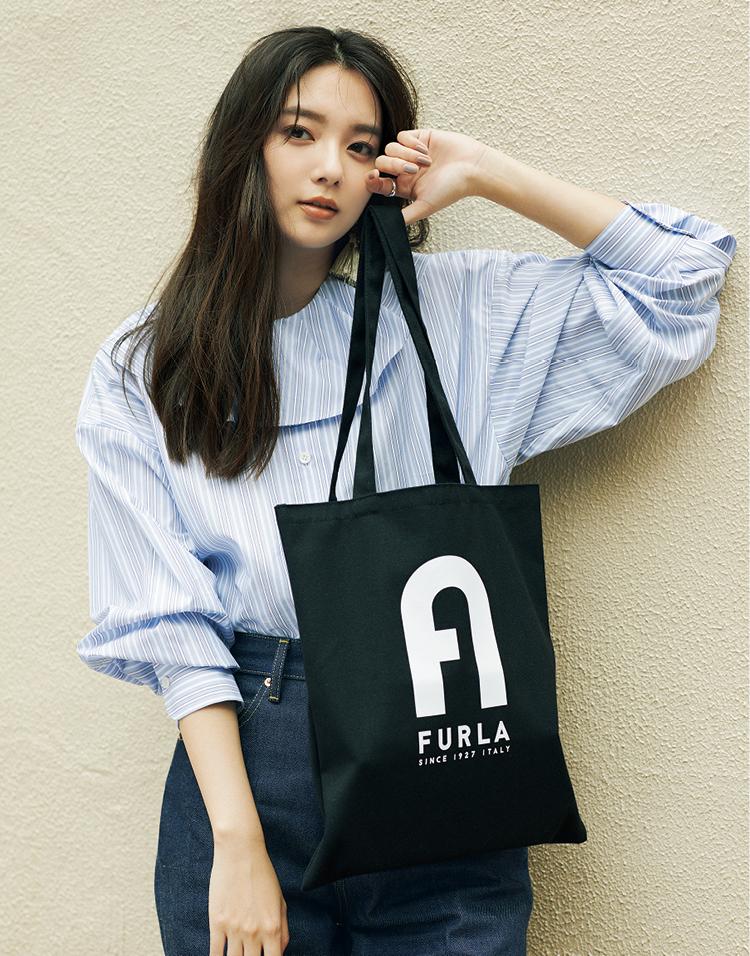 MORE10月号付録のフルラトートバッグを持った新川優愛
