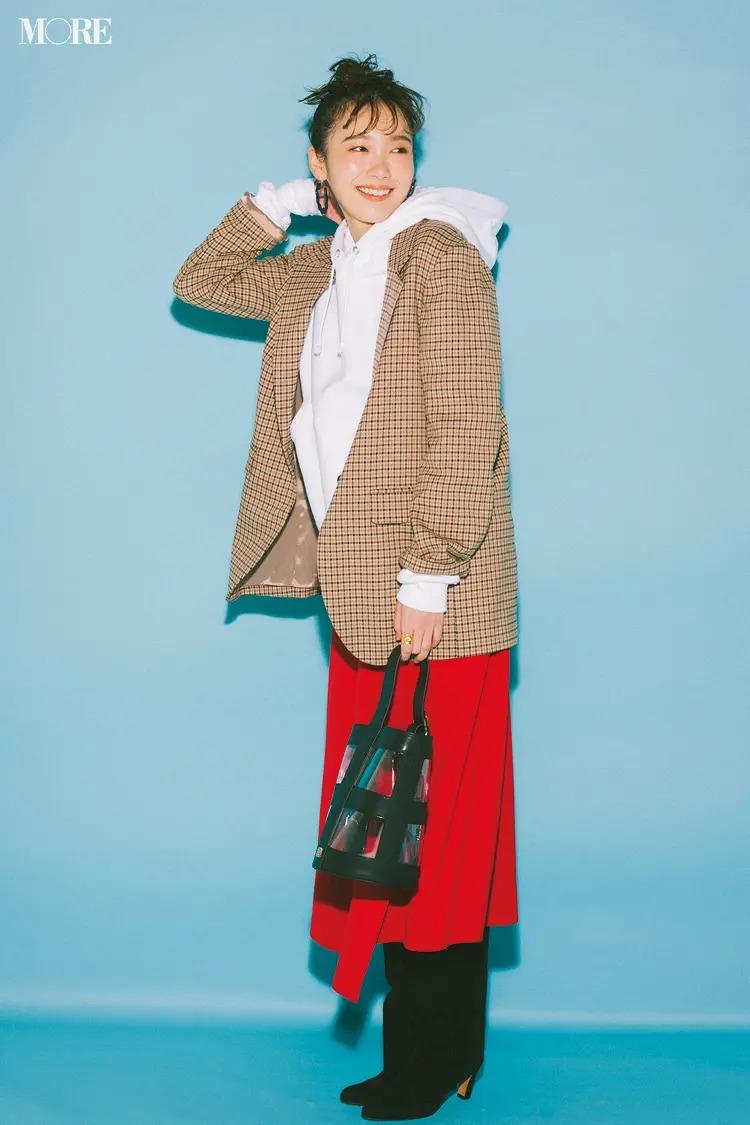 【ジャケットコーデ】白パーカー×赤スカート×ベージュのチェックジャケット