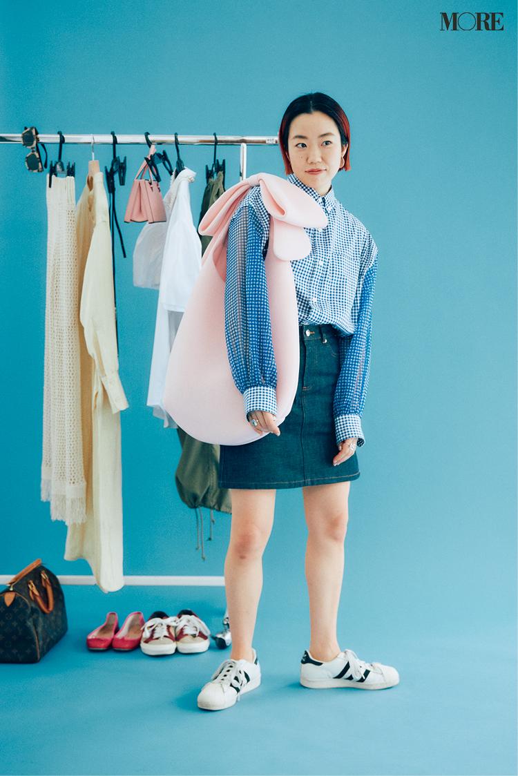 アディダスのスニーカーを履いたスタイリスト高野麻子さん