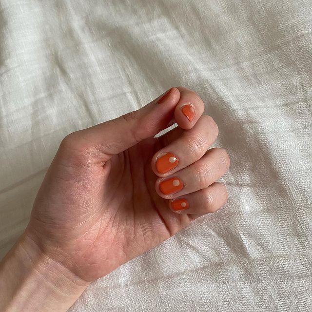 オレンジネイルデザイン。パールを活用したネイルデザイン。