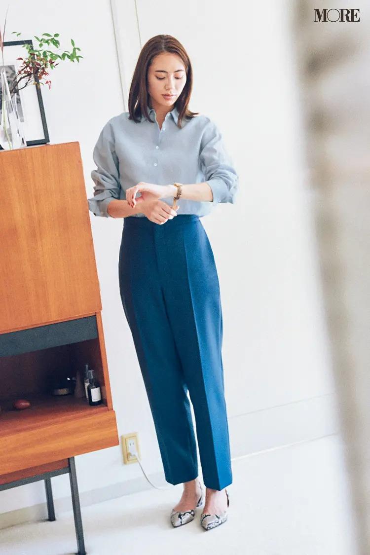 【おしゃれなレディースシャツコーデ】端正なシャツ×美脚パンツのシンプルコーデに旬のパイソン柄をひとつ♡