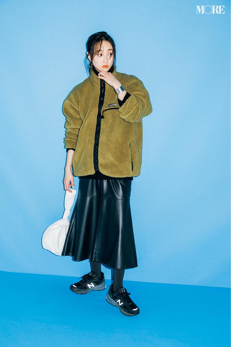 ボアブルゾンにエコレザーの黒いスカートを履いた鈴木友菜