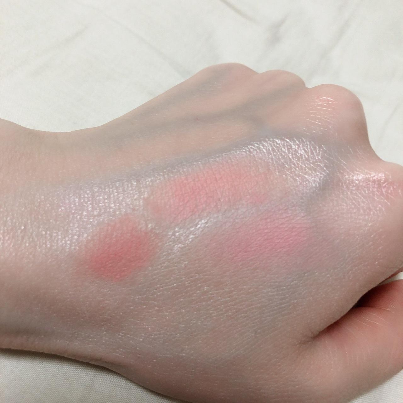 チークを塗った手の甲