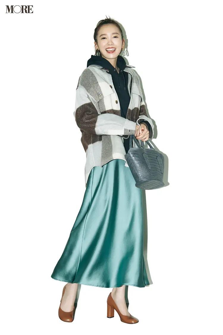 【ジャケットコーデ】パーカー×サテンスカート×シャツジャケット