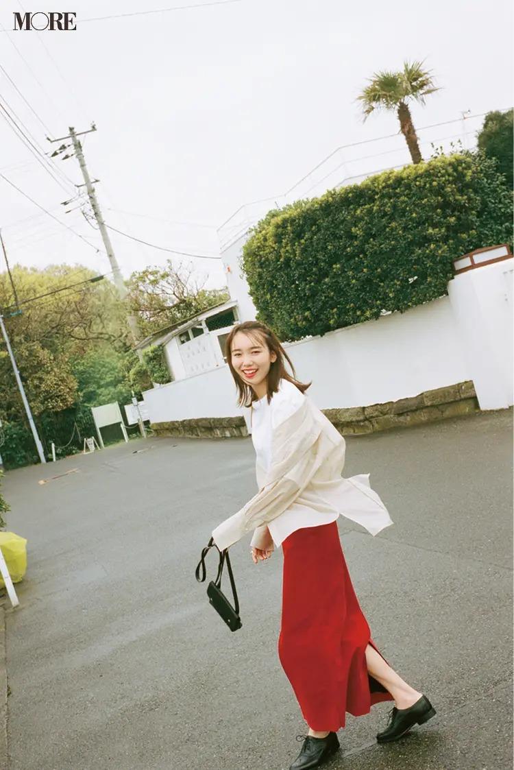 赤いスカートを取り入れたフレンチカジュアルコーデ