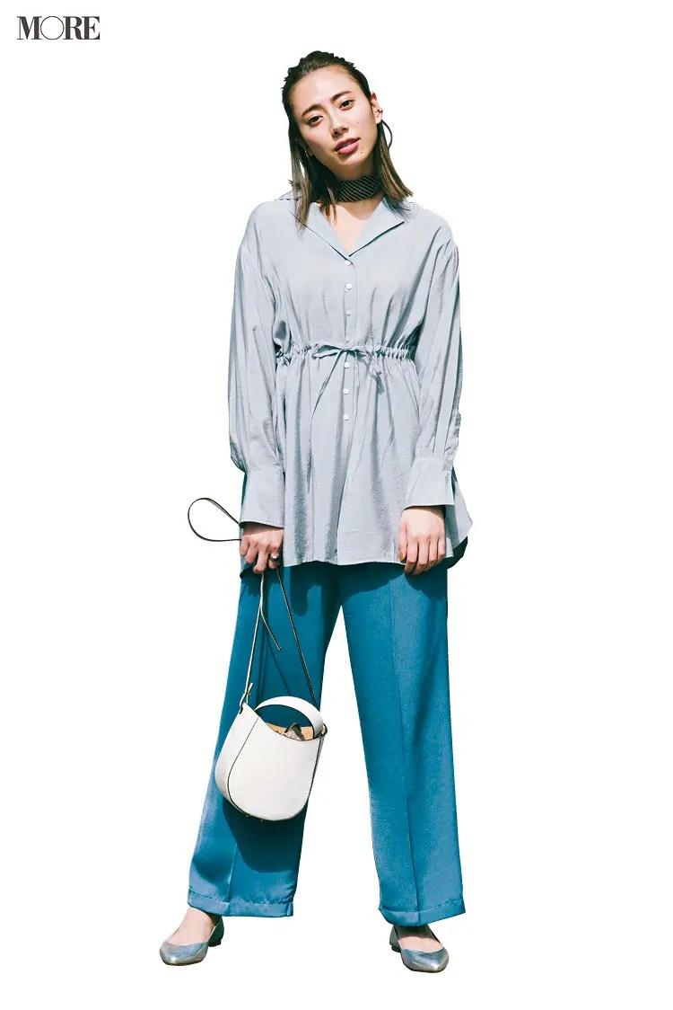 【夏のぺたんこ靴コーデ】10. 旬感もスタイルアップも叶えるくすみブルーのXシルエット
