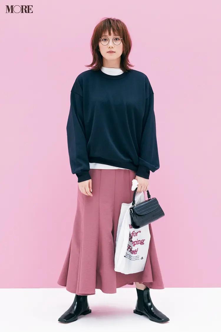 【2020-2021冬コーデ】ネイビーのスウェット×ピンクのスカート×ショートブーツ