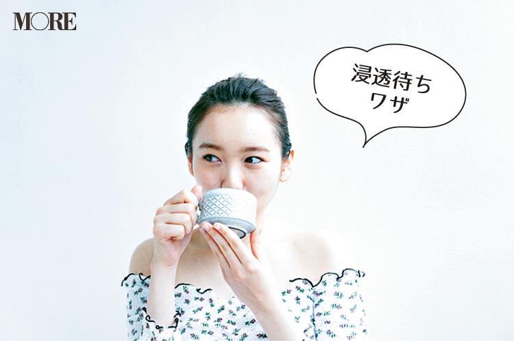 お茶を飲みながら化粧水の浸透を待つ飯豊まりえ