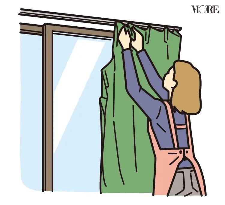 運気アップのためにカーテンをはずしている女性