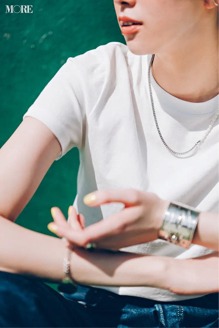 白Tシャツとデニムを着た佐藤栞里