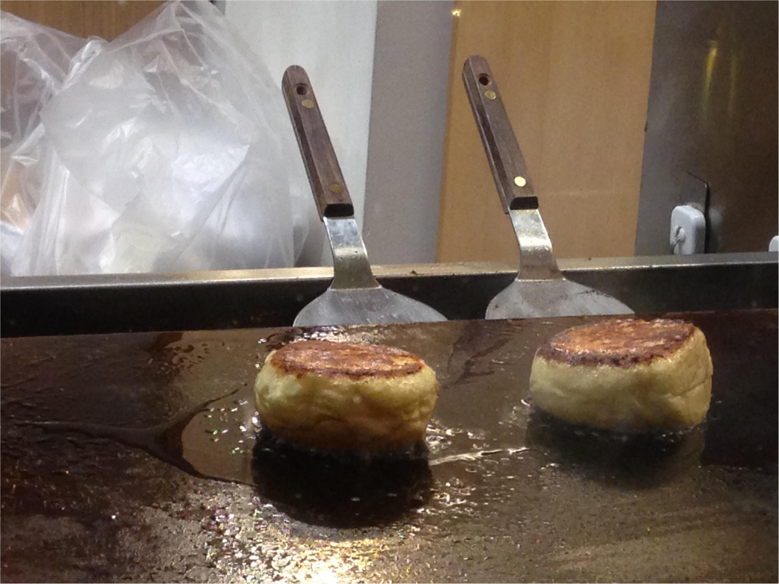 """くりーむパンを鉄板で焼いちゃう⁉️Hattendo caféで実演販売されている""""フレンチバーガー""""とはΣd(・ω・*)_5"""
