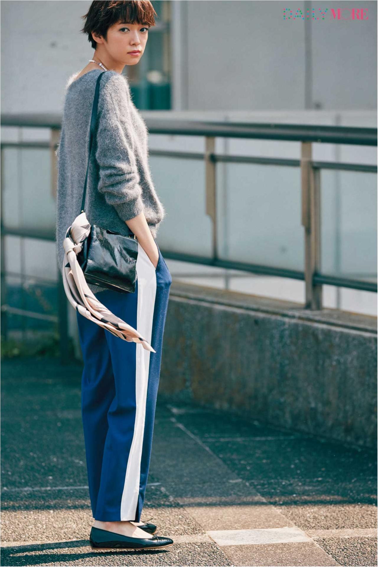 【今日のコーデ/佐藤栞里】サイドラインパンツとゆるふわニットで、ワンマイルコーデの一歩先へ。_1