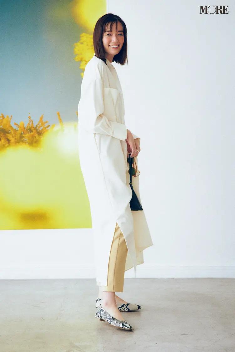 【ワンピースコーデ】白シャツワンピ&旬カラーのパンツ&パイソン柄のレイヤードコーデ