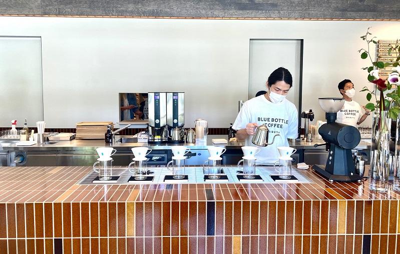 「ブルーボトルコーヒー 渋谷カフェ」1階、カウンターでバリスタがコーヒーを淹れている様子