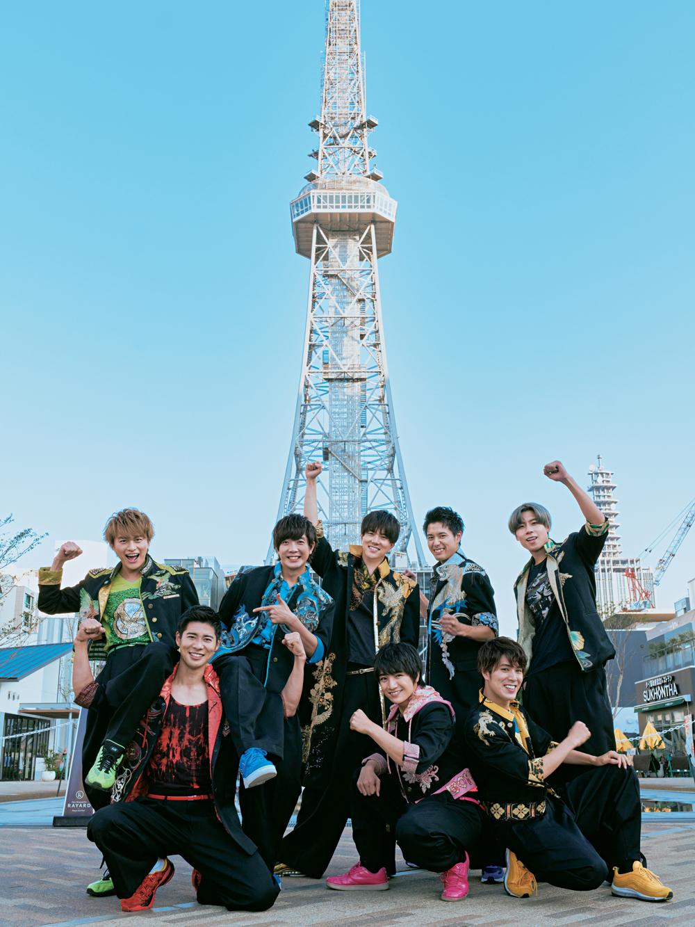 テレビ塔の前でポーズする、BOYS AND MENのメンバー