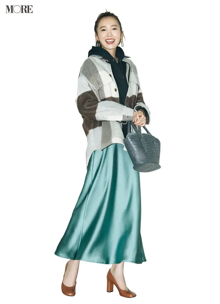 【パーカーコーデ】フーディ+サテンスカートで大人の女性を演出