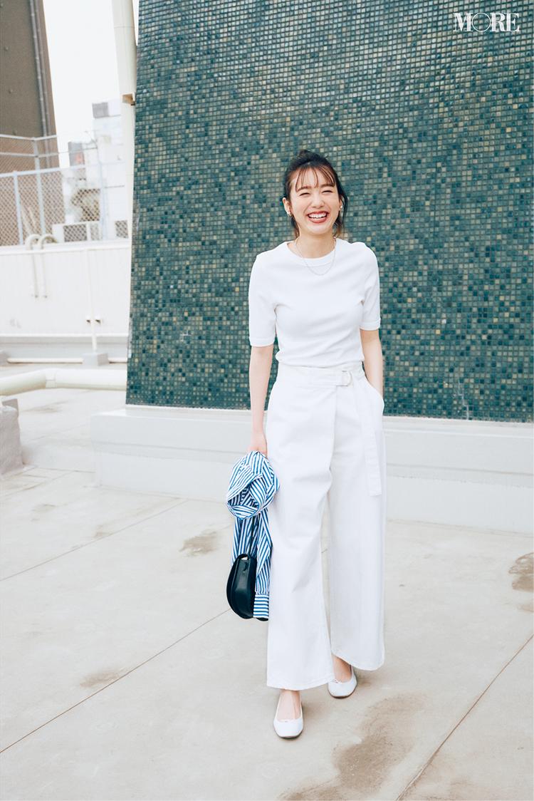 白いTシャツに白いパンツのワントーンコーデ