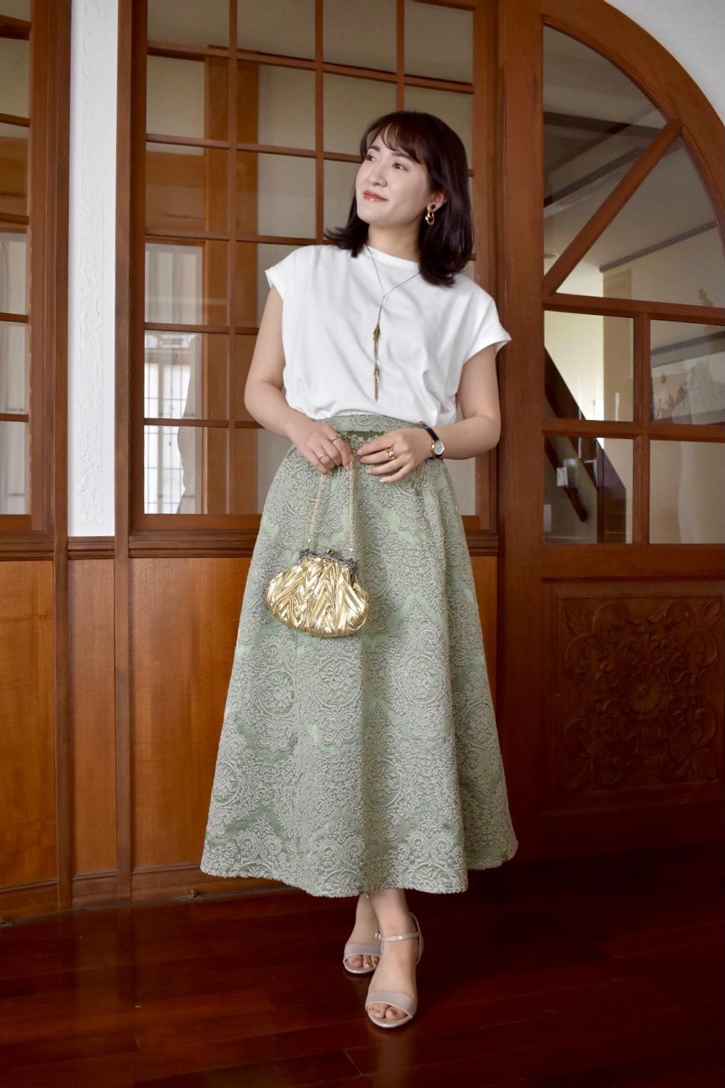 Tops:URBAN RESEARCH Skirt:vintage(CARBOOTS) Bag:vintage(Vini vini) Shoes:FURLA  生地の美しさに一目惚れして購入した若草色のジャガードスカートは、ヨーロッパのハンドメイド。優雅な印象を醸し出してくれます。こちらは丈が長かったため、仕立て直して着ています。今回はフレンチスリーブのシンプルなトップスと合わせてカジュアルダウン。ゴールドの小さなハンドバッグで仕上げました。