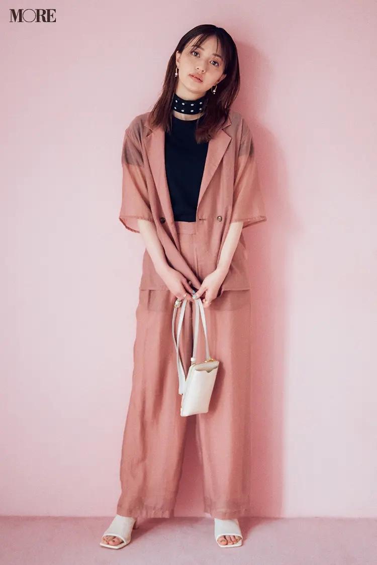 くすみピンクのシアー素材セットアップを着た逢沢りな