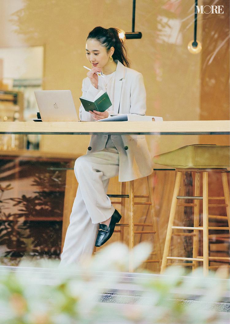 GUのジャケット×パンツコーデでカフェにいる鈴木友菜