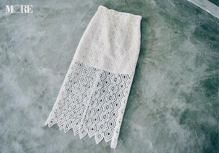 白Tシャツを素敵に着こなすにはスカートを白にする