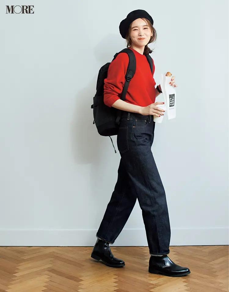 【ショートブーツコーデ】赤ニット×デニムパンツに黒のサイドゴアブーツ